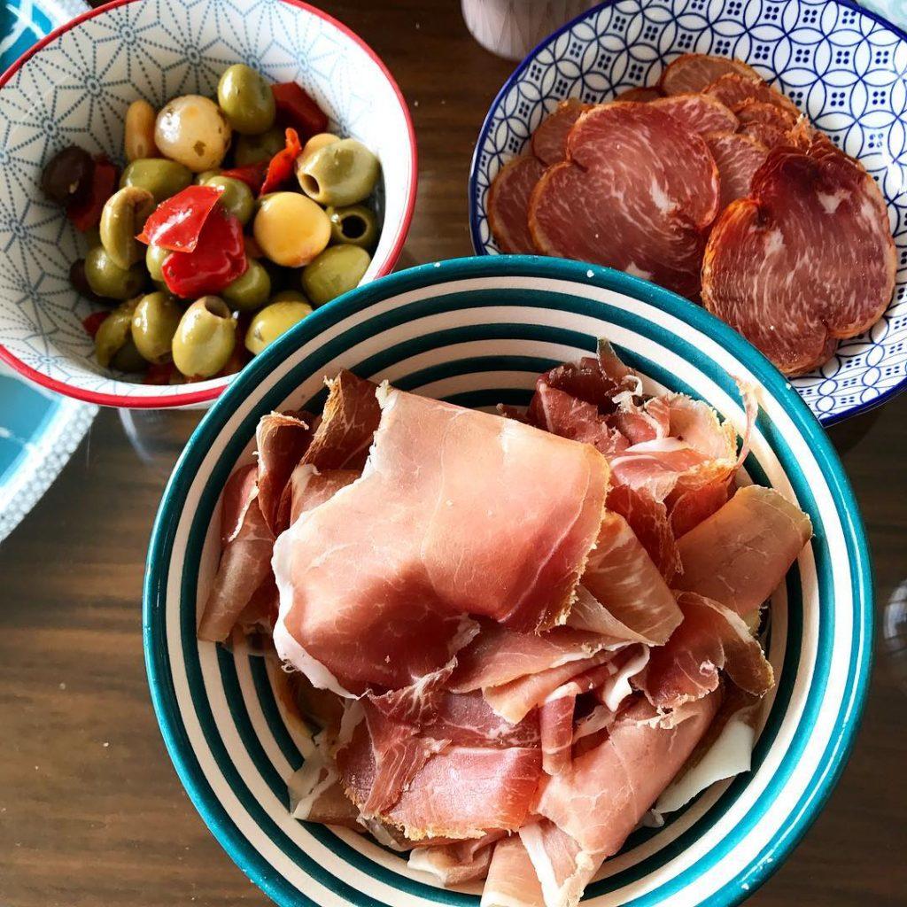 Apro Time ! charcuterie jambondebayonne lomosech olives vinblanc apero aperotimehellip